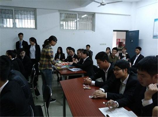 赛前南昌垦荒人绿色食品公司营销总监刘总监介绍产品